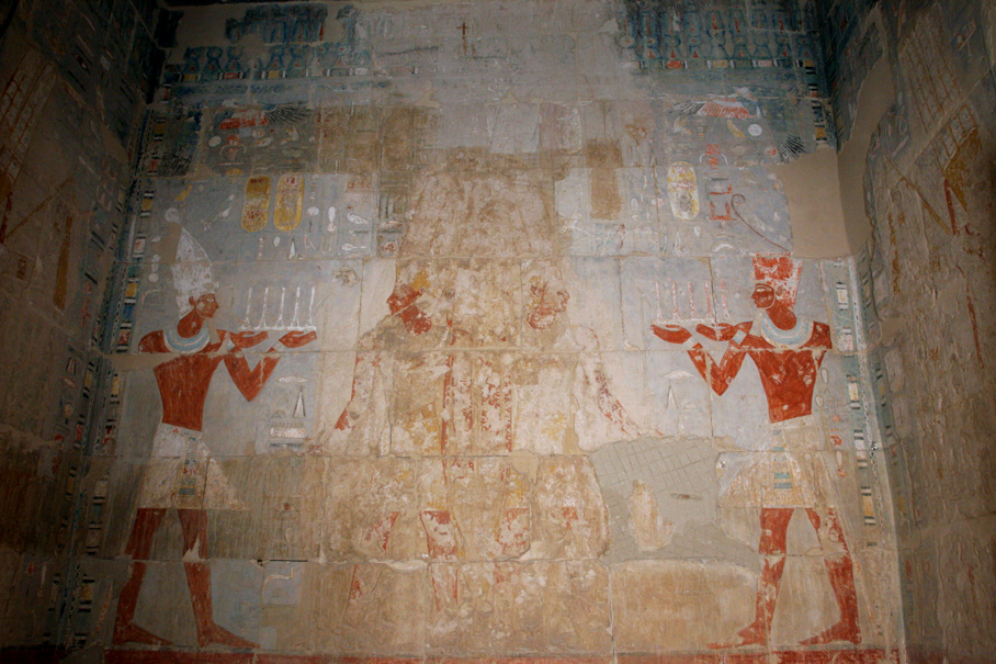 South Chapel of Amun, Hatshepsut and Tuthmosis III contrasted on the back wall. Phot. M. Jawornicki